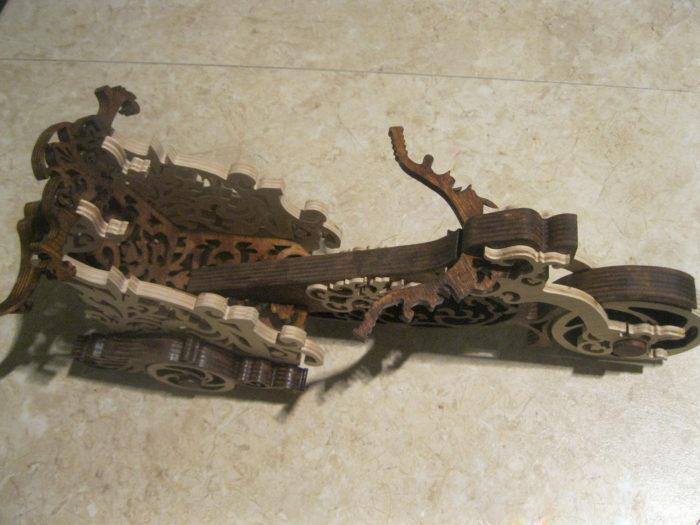 Чертеж подставки в форме мотоцикла под вино с фужерами